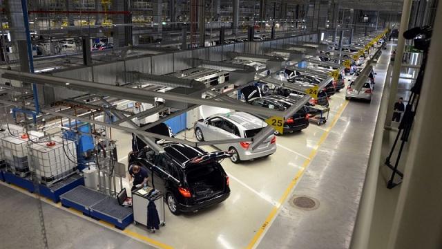Biztonság a Mercedes gyárban (forrás: autopolt.hu)