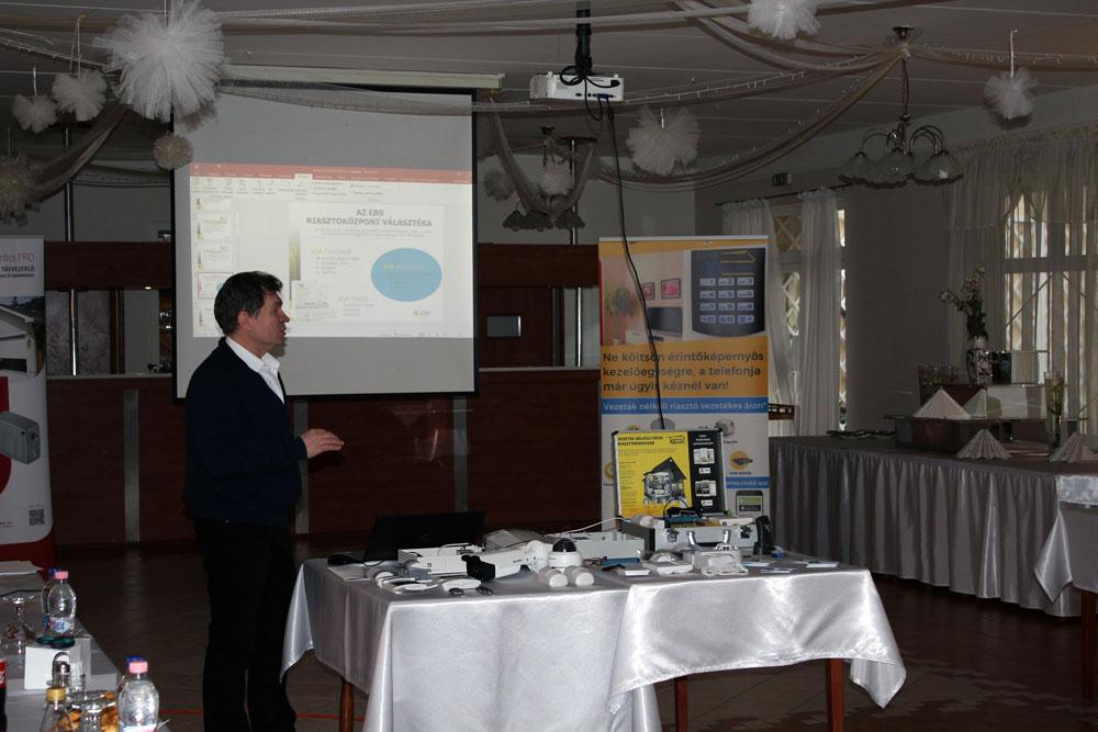 Tóth Ferenc mutatja be az  iQALARM termékcsaládotForrás: LDSZ Kft