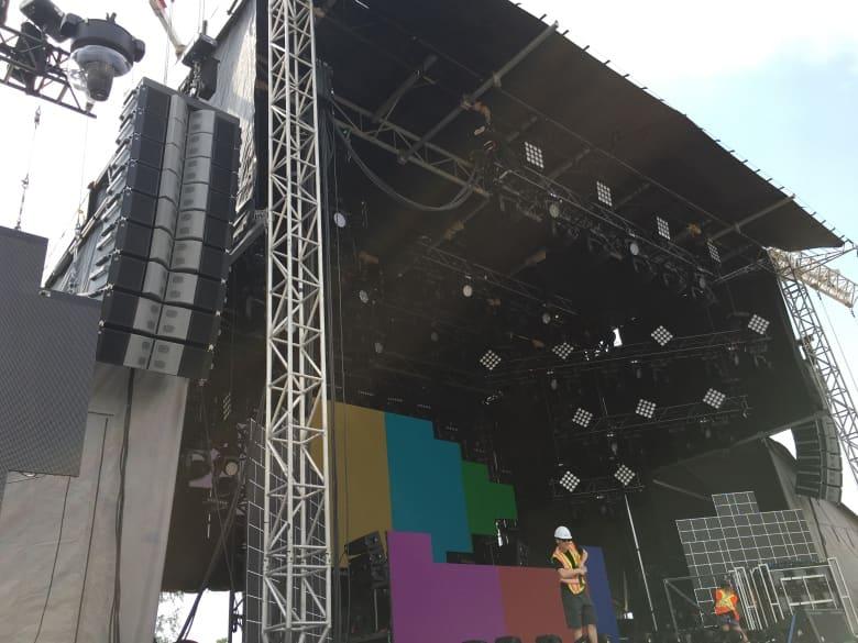 A PK Sound Trinity hangszórói, a bal felső sarokban, a színpadon helyezkednek el, és a hangot a közönség felé irányítják. (Deana Sumanac-Johnson / CBC)Forrás: cbc.ca
