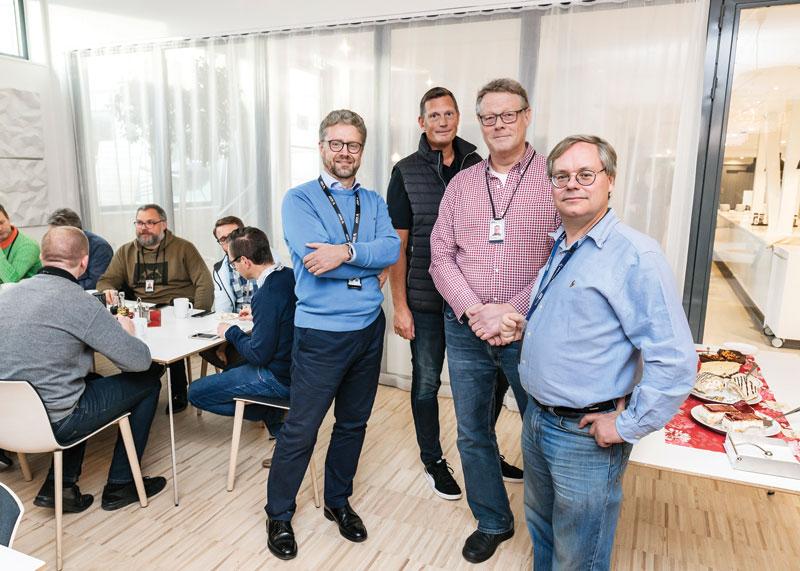 """A képen szereplő (álló) személyek: Peter Friberg, Göran Haraldsson, Per Björkdahl és Martin Gren kollégáikkal együtt az ONVIF 10 éves """"születésnapi"""" ünnepségén az Axis székházábanForrás: axis communications"""