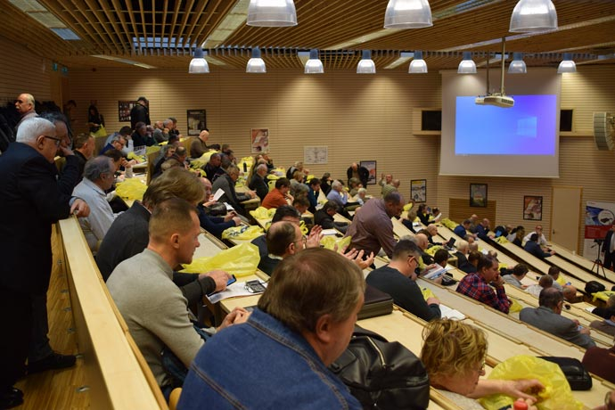 Közönség-a-teremben-hátulról,-felülről