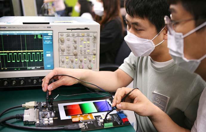 Áramspórolási célból képes 10-120 Hz között állítani a képfrissítési sebességét a Samsung új OLED érintőkijelzője Forrás: Samsung Display