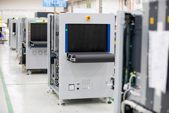 Smiths Detection 6040 alagútméretű csomagröntgen gyártás közben Forrás: Smith Detection
